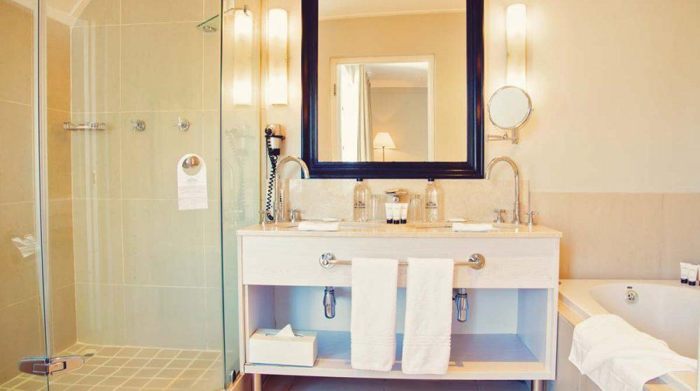 Baignoire et douche dans une salle de bains à Franschooek