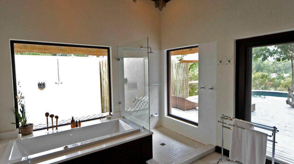 Vue d'une salle de bains à Londolozi