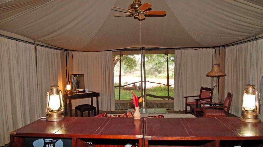 Vue sur le jardin depuis une tente à Samburu