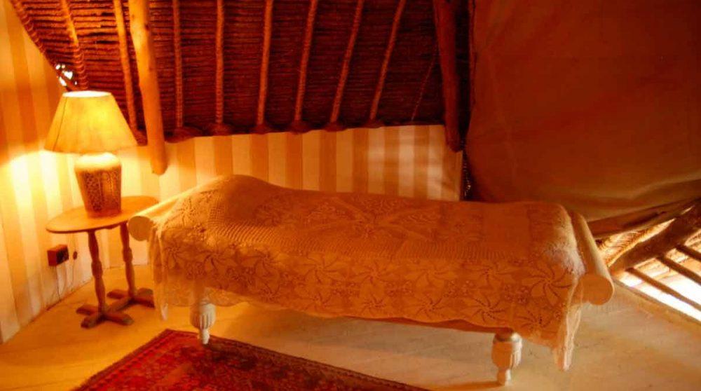 Lit à l'étage de la chambre à Mombasa
