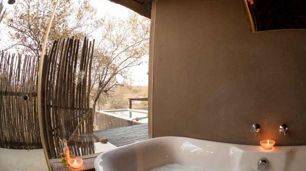 La baignoire et la douche extérieure