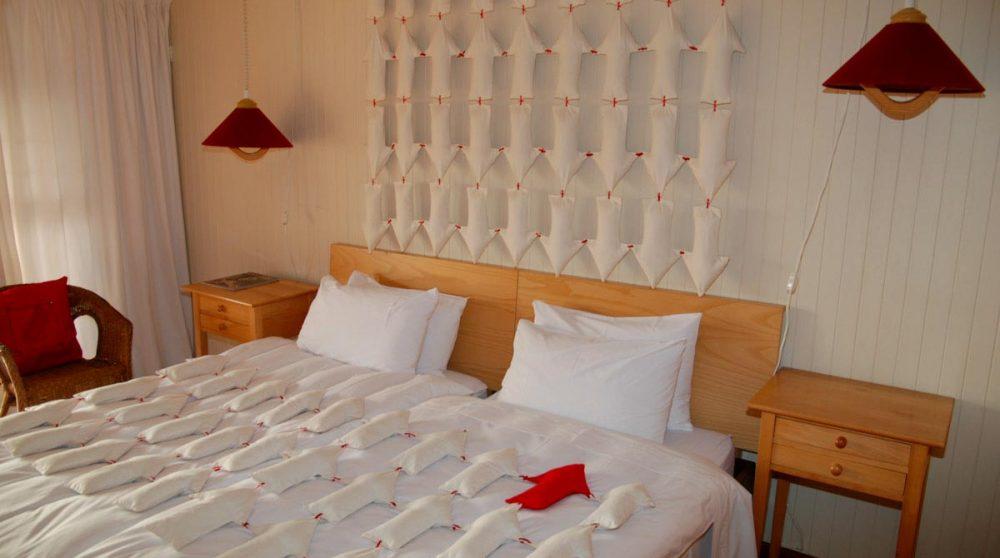 Un lit dans une chambre