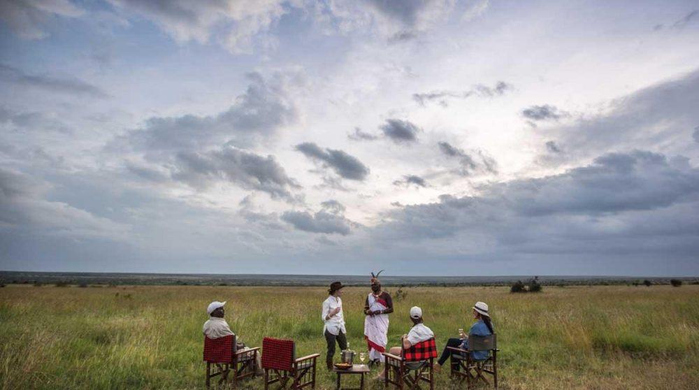 Apéritif au coucher du soleil lors d'un safari