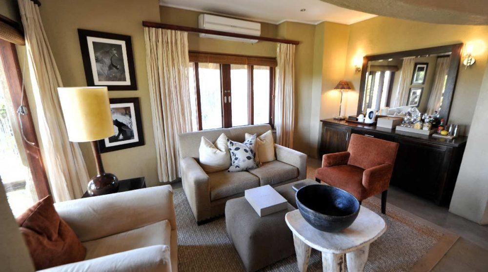 Un salon dans une chambre