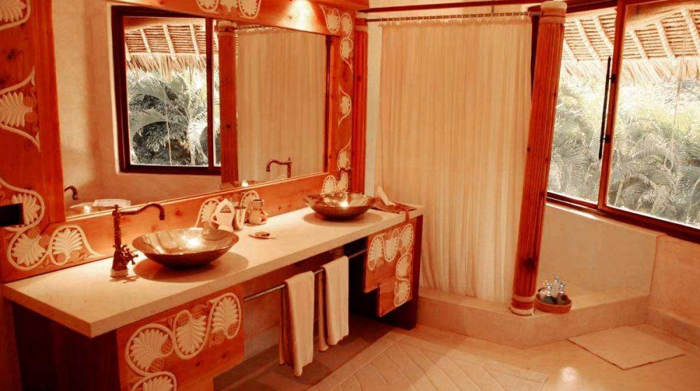 Une grande salle de bains avec douche