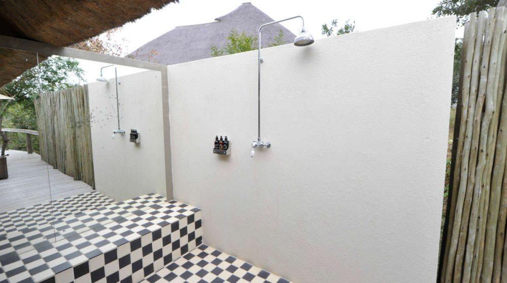 La douche extérieure d'une chambre au Londolozi Pioneer Camp
