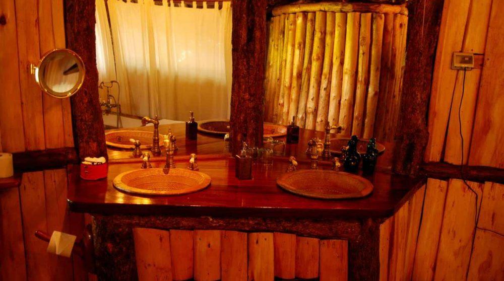 La salle de bains d'un treehouse au Ngong House