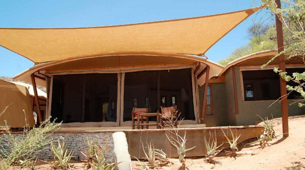 Terrasse devant une chambre du Saruni Samburu