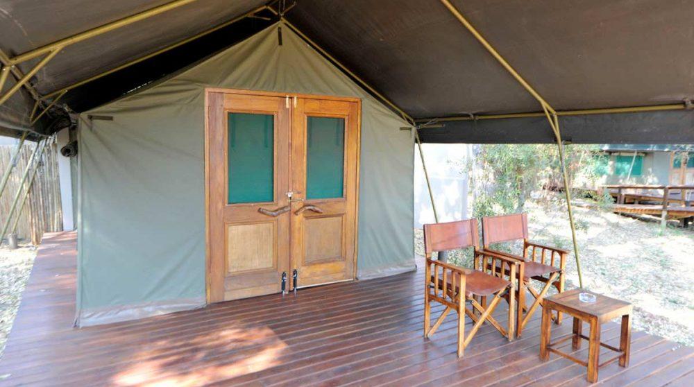 La terrasse devant une tente du Simbavati