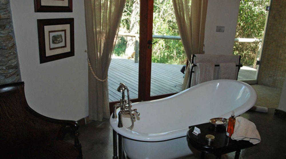 La baignoire d'une suite au Tintswalo Safari Lodge