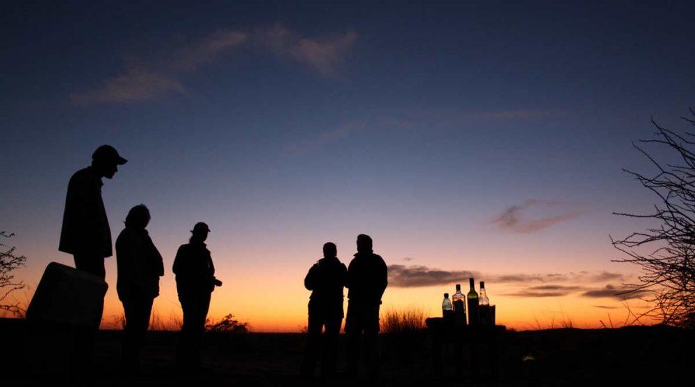 Apéritif le soir en fin de safari à Xaus Lodge
