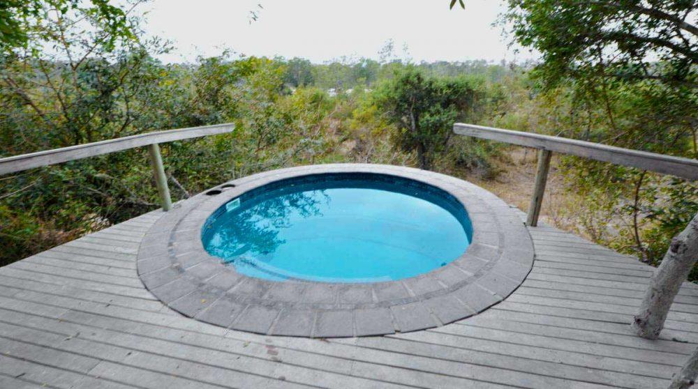 La piscine donnant sur la nature en Afrique du Sud