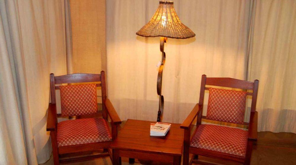 Fauteuils dans une chambre au Kenya