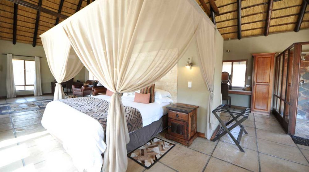 Un lit à baldaquin dans une chambre luxury à Sabi Sand