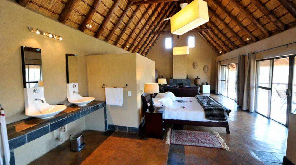 La salle de bains donnant sur la chambre