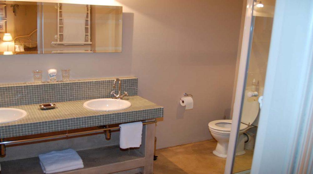 La salle de bains avec lavabos