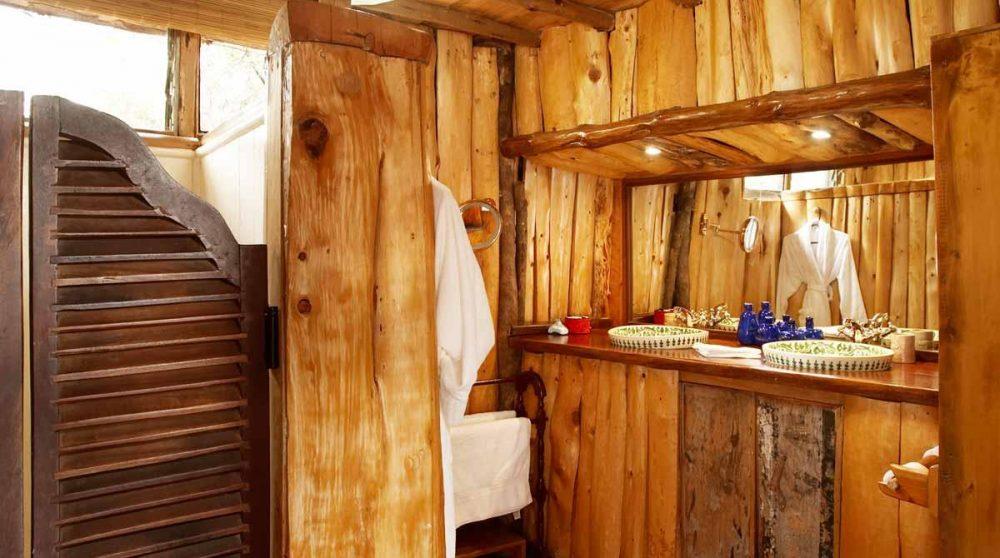 Une salle de bains décorée avec du bois à Nairobi