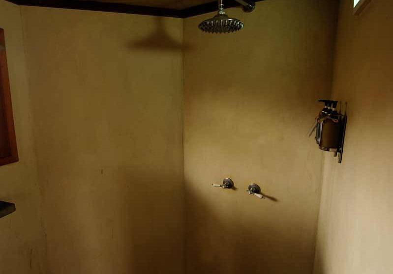 La douche dans une salle de bains en Tanzanie