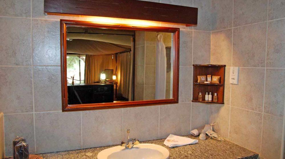 Lavabo dans une salle de bains à Samburu