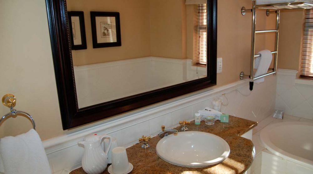 Lavabo dans une salle de bains à Franschhoek