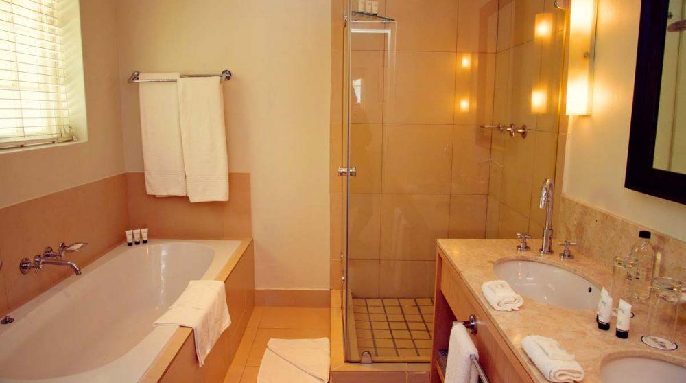 La salle de bains d'une suite