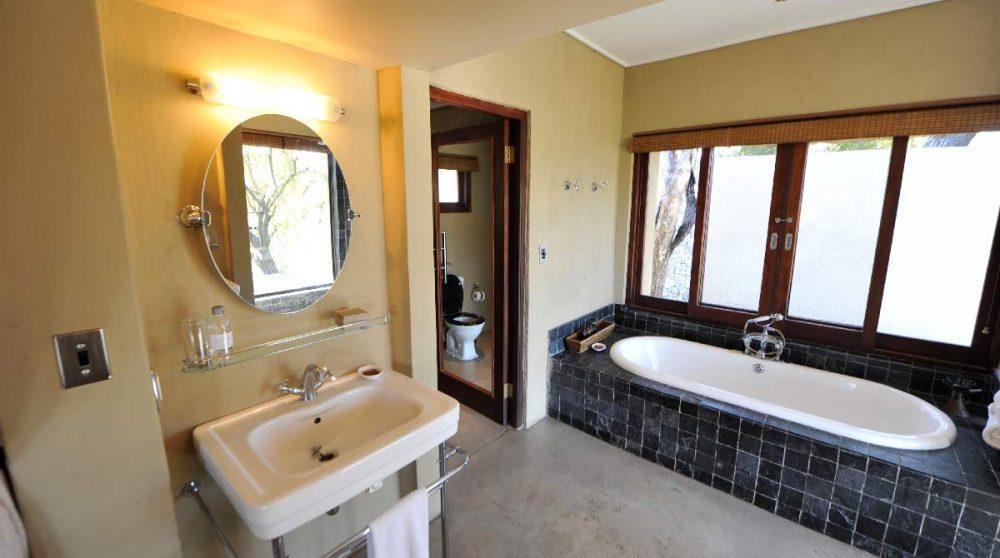Le lavabo et une baignoire
