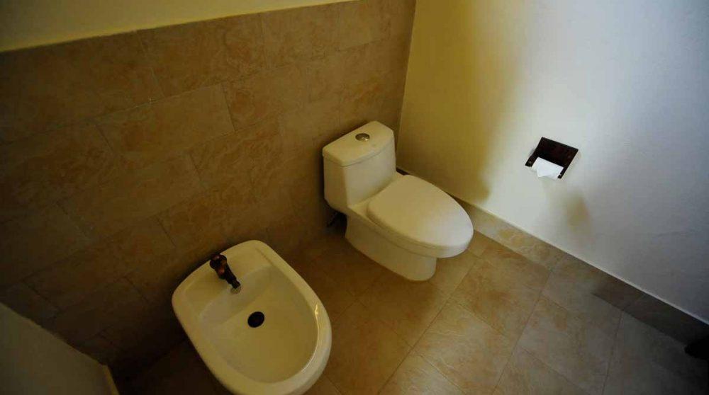 Les toilettes dans une salle de bains Baraza