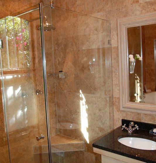 Douche dans une suite au Quartier Français
