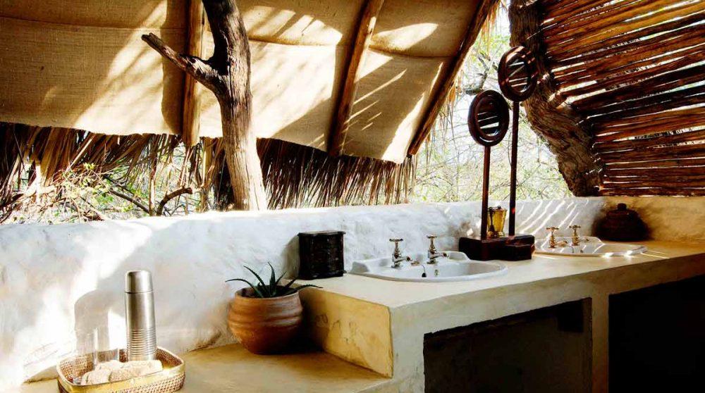 Une salle de bains au Sand Rivers Selou