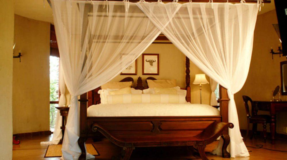 Lit à baldaquin dans une suite au Tintswalo Safari Lodge
