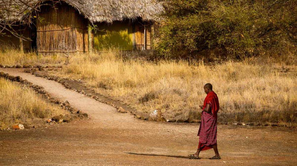 Un masai dans un village traditionnel