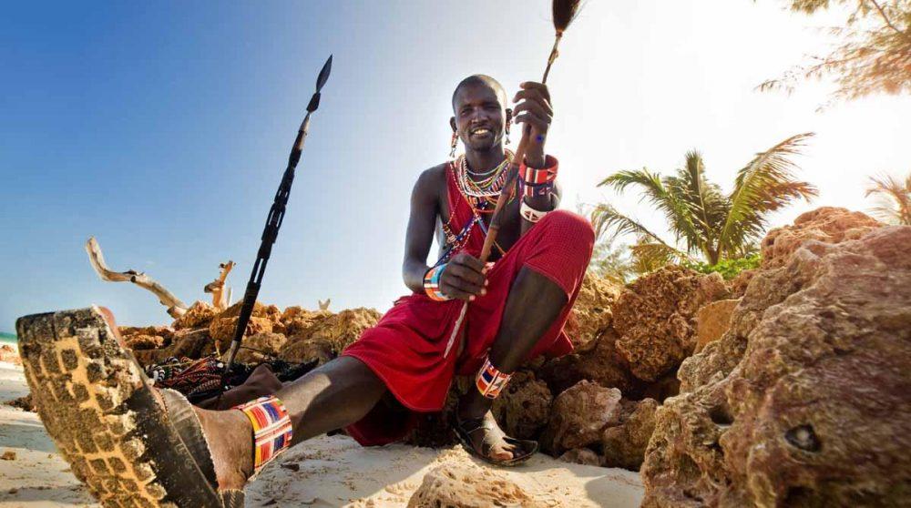 Un masai sur une plage de Mombasa au Kenya