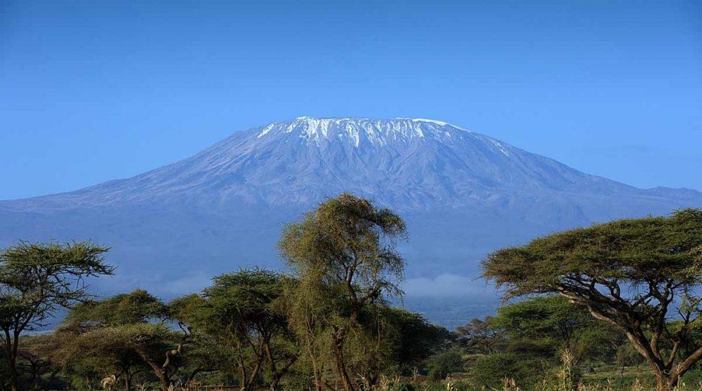 Vue sur les neiges éternelles depuis Amboseli au Kenya
